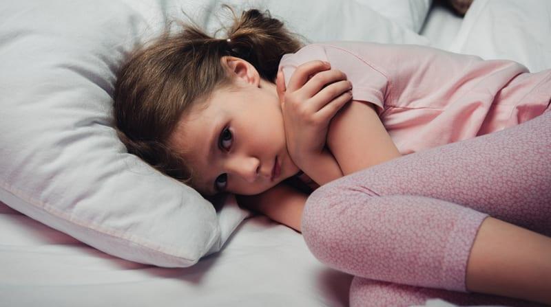 ילדה מפוחדת במיטה