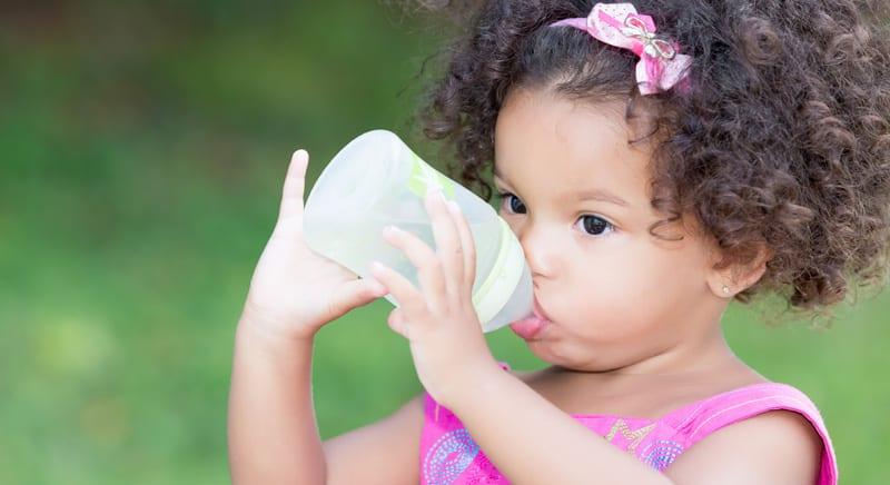 ילדה שותה מים
